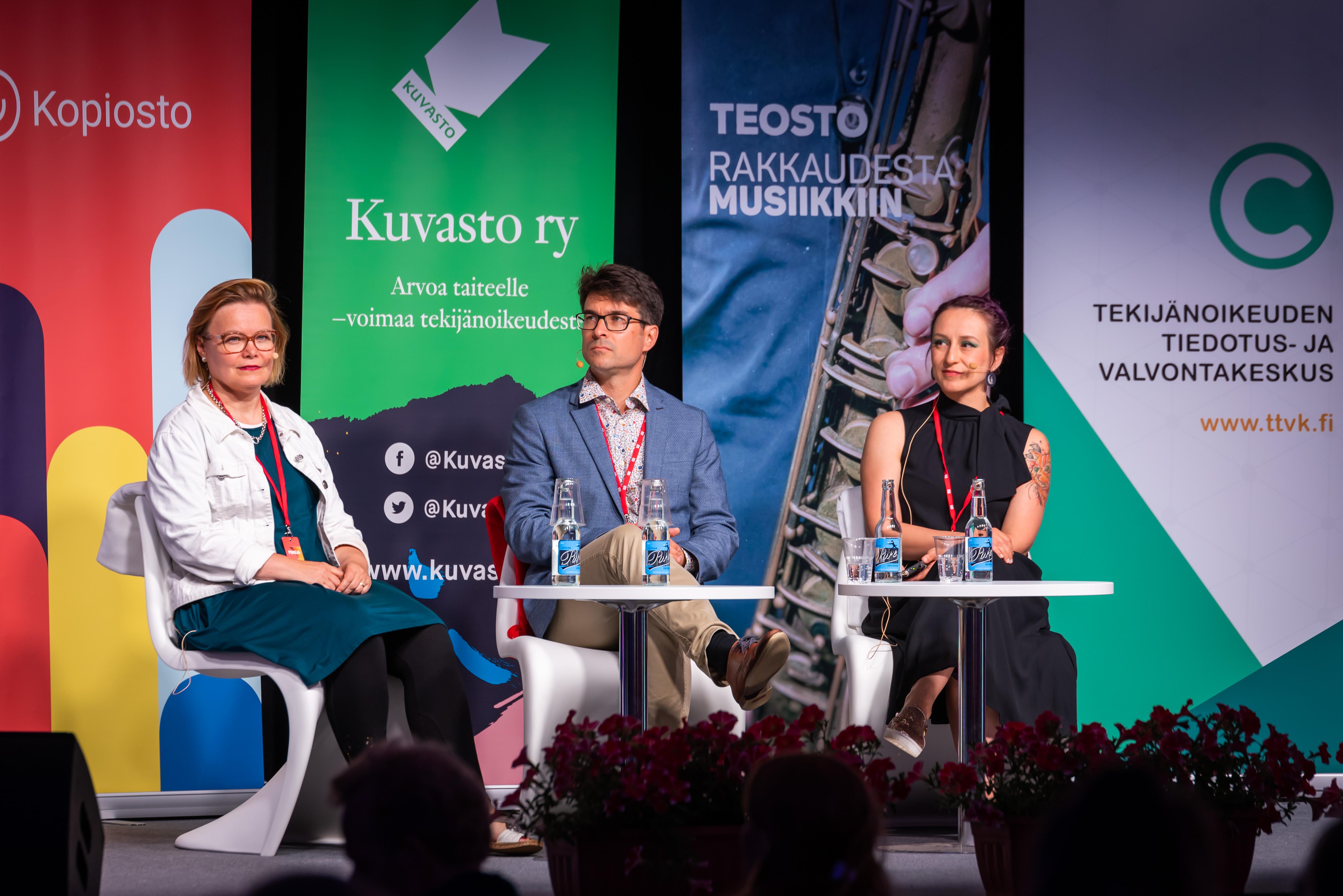 Iikka Vehkalahti, Perttu Pölönen ja Sanna Piiroinen keskustelivat luovuuden merkityksestä taloudelle. Kuva: Rami Nummelin/ Studio Kuvataivas