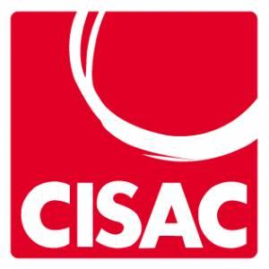 Kuvassa CISACin neliönmuotoinen logo, tausta on kirkkaanpunainen, nimi ja vasemmassa kulmassa oleva puoliympyrä ovat valkoisia.