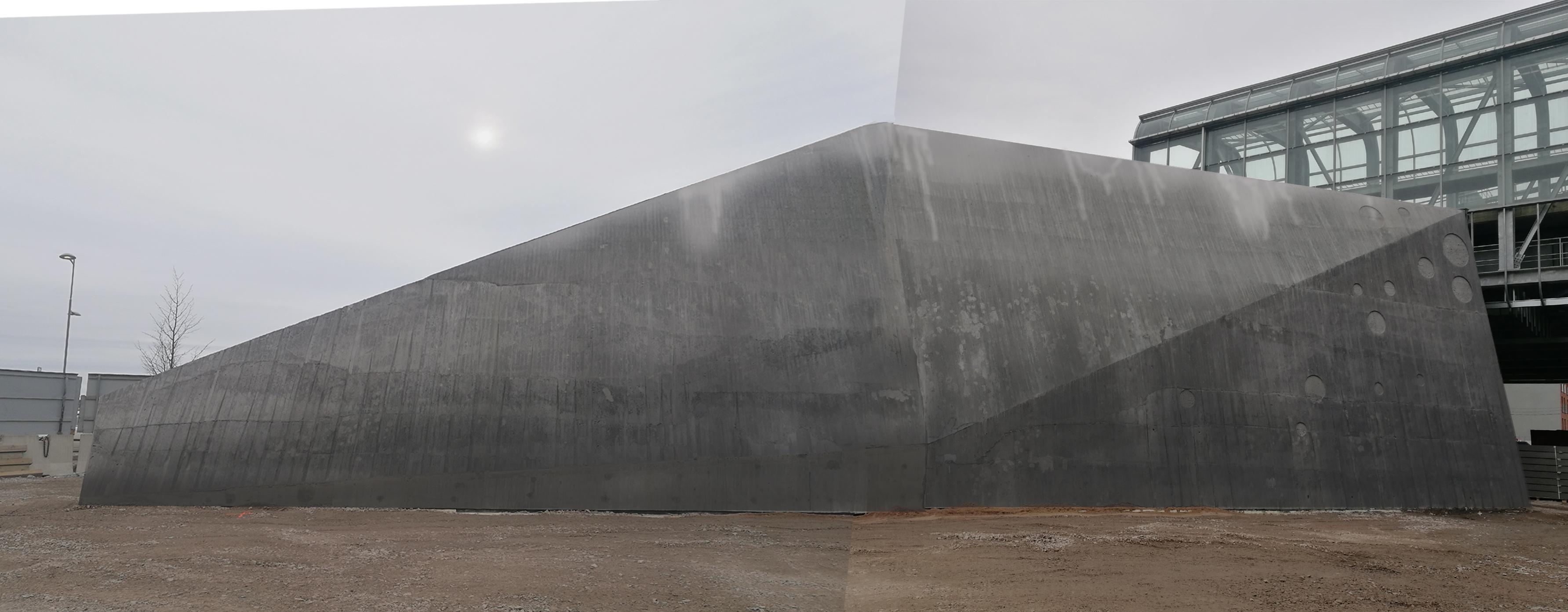 """REDIn kauppakeskuksen yhteyteen """"Valaskala""""'-teos, joka toimii ilmastointirakennelmien maisemoijana. Rakennelma on iso veistosmainen rakkennelma."""