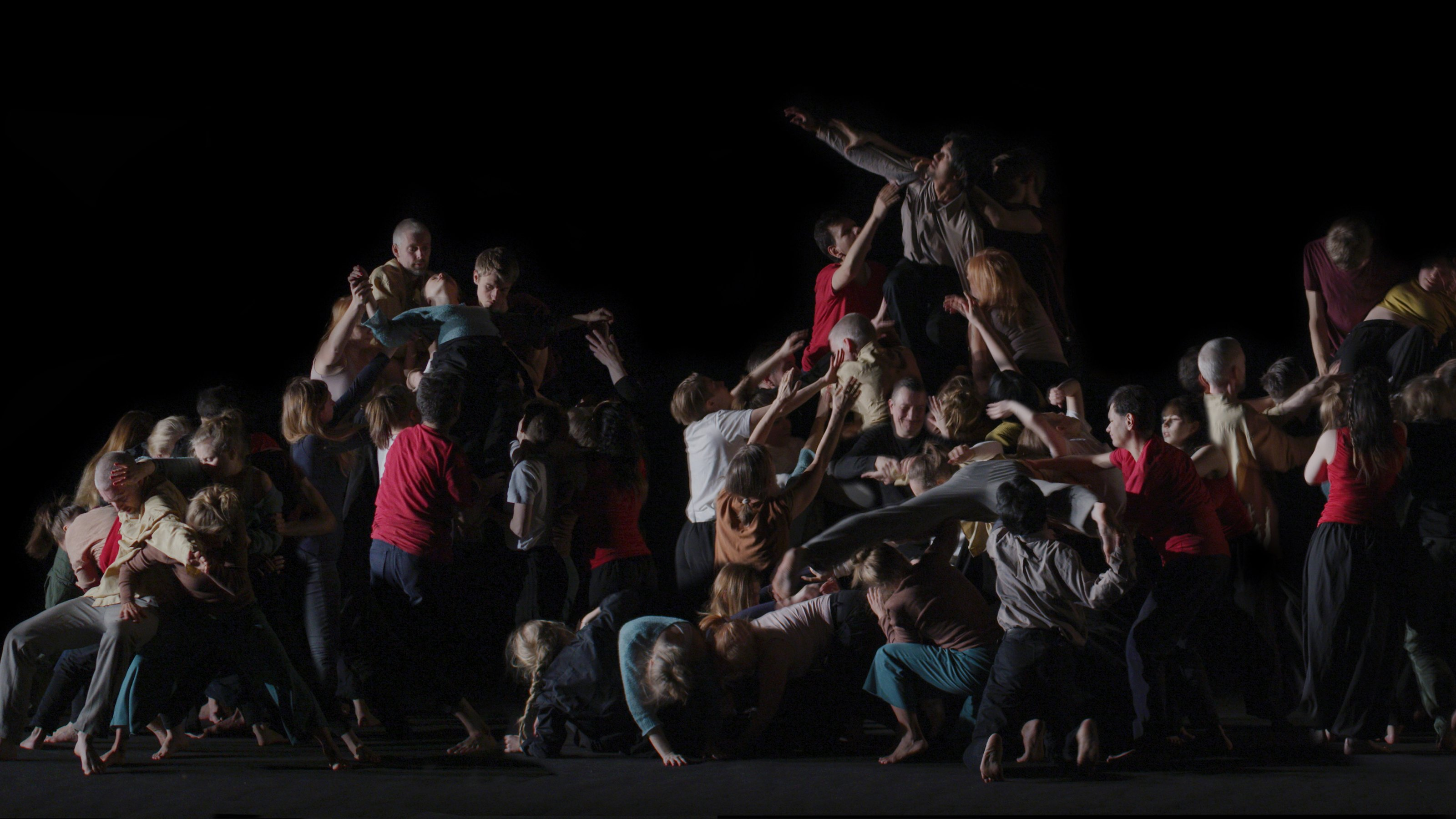 Kuvassa on lukuisia tanssijoita eri asennoissa mustaa taustaa vasten. Kyseessä on Juhana Moisanderin Ethology of a Man -teoksesta otettu still-kuva.