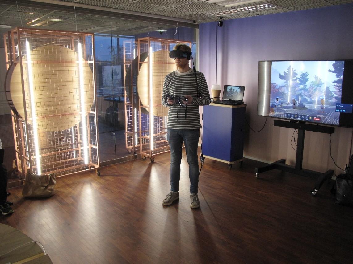 Samuel Kirkhope testaa Glue-sovellusta: hän seisoo huoneen keskellä VR-lasit päässään.