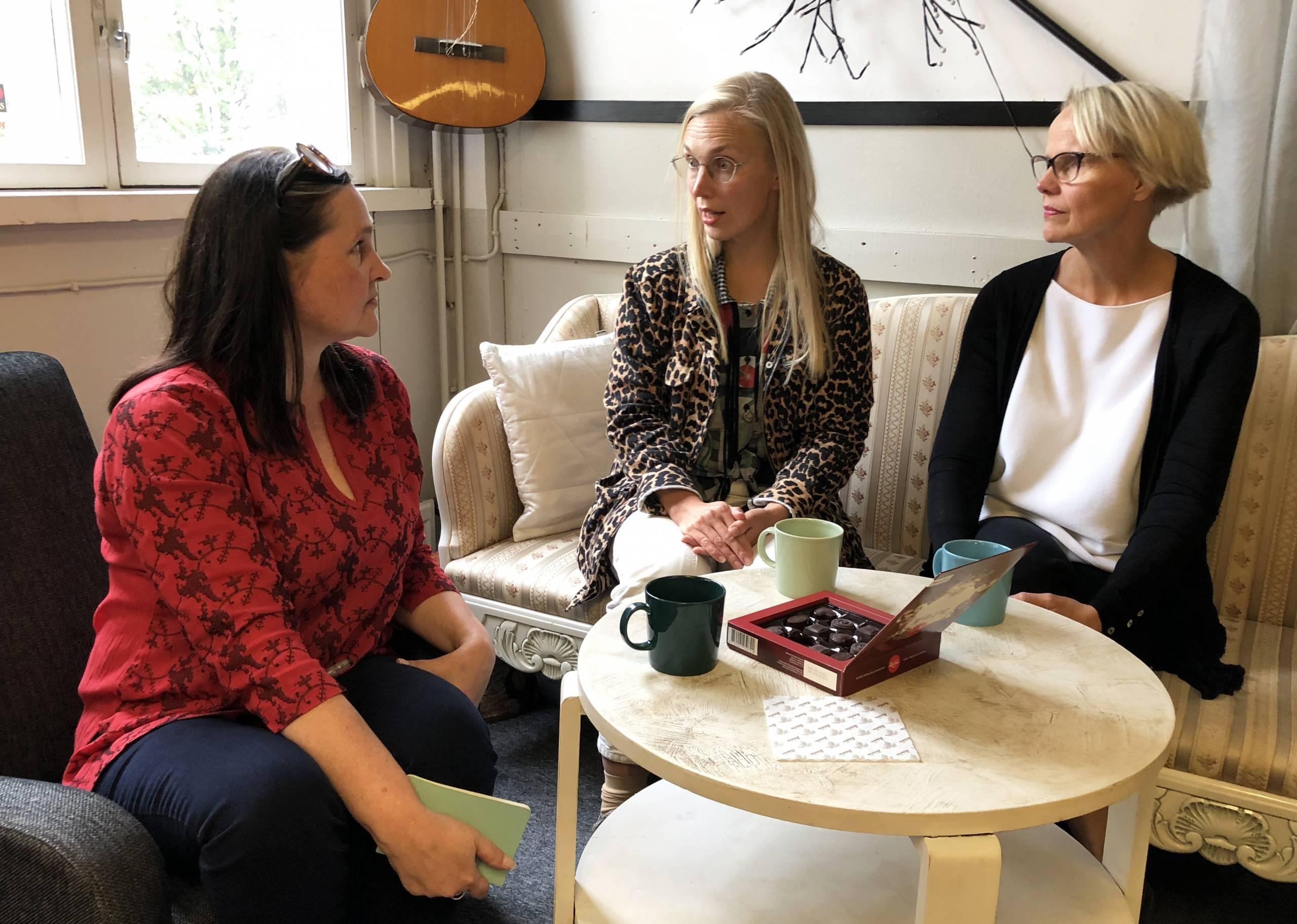 AVEKin johtaja Ulla Simonen, AVEK-palkinnonsaaja, taiteilija Jenna Sutela sekä Frame Contemporary Art Finlandin toimitusjohtaja Raija Koli AVEK-palkintoon liittyvän podcast-jakson äänityksessä.