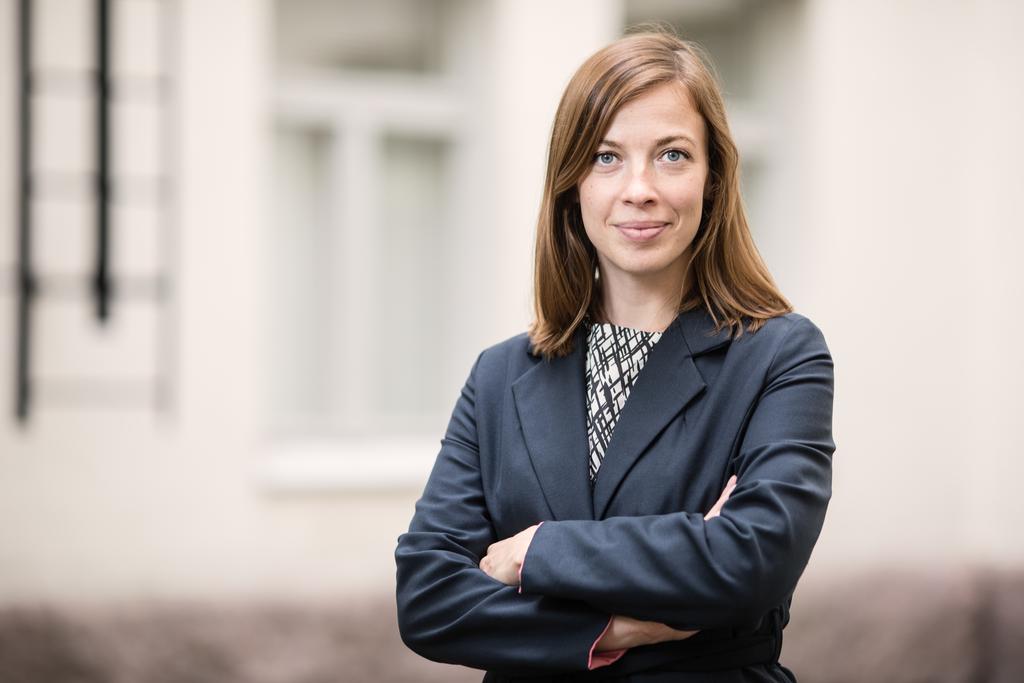 Kuvassa opetusministeri Li Anderssonin hymyilevä kasvokuva