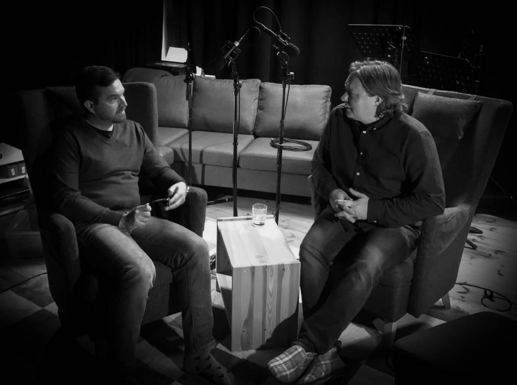 Erkko Lyytinen ja Mikko Peltonen istuvat äänitysstudiossa.