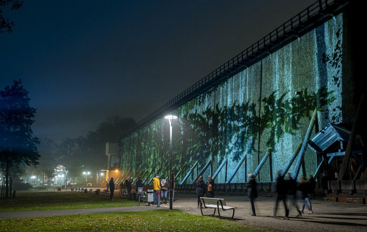 Eija-Liisa Ahtilan Vaakasuora / Horizontal -teos LichtSicht-festivaaleilla Saksassa 2021