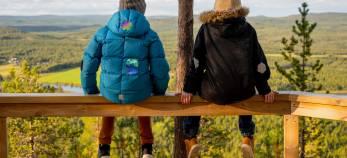 Vaatelaastarin tuotekuva. Kaksi lasta istuu katsomassa maisemaa, toppavaatteet on paikattu Vaatelaastareilla.