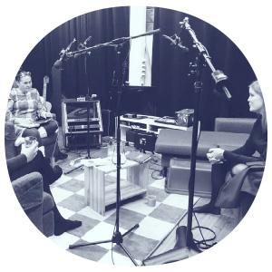 AVEK-podcastin nauhoituksia studiossa.