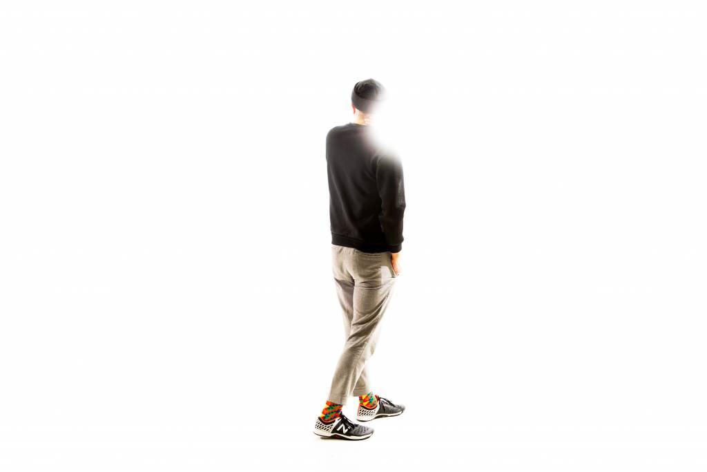 Timo Wright seisoo selin kameraan keskellä kuvaa. Tausta on täysin valkoinen.